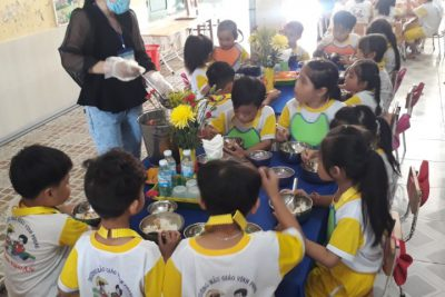 Tổ chức bửa ăn học đường giờ ăn tại lớp Lá 2, trường Mẫu giáo Vĩnh Phong năm học 2020-2021